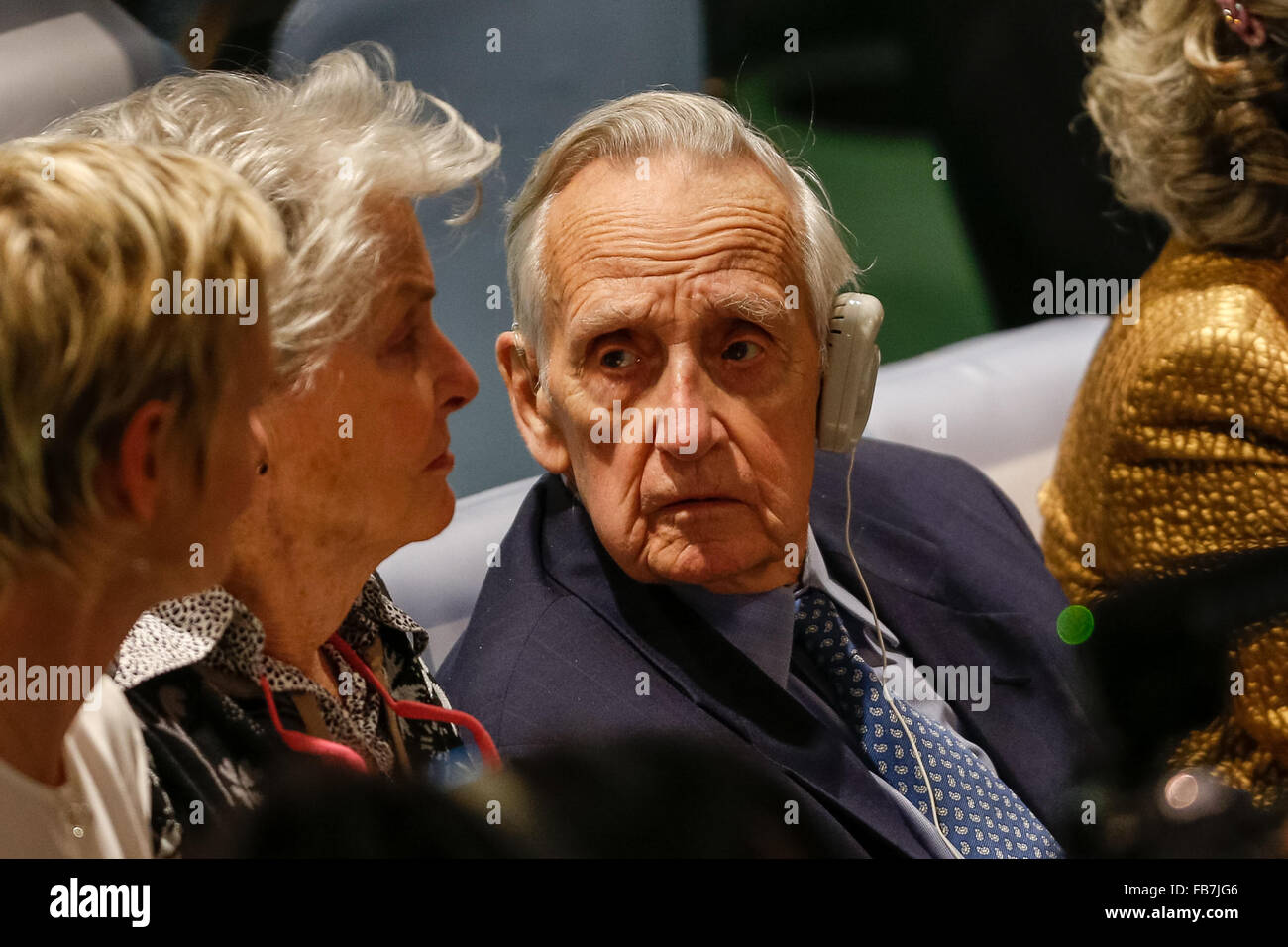 (160111) -- UNITED NATIONS, Jan. 11, 2016 (Xinhua) -- Sir Brian Urquhart(R), one of its very first staff members Stock Photo