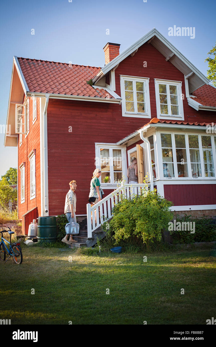 Sweden, Uppland, Stockholm Archipelago, Svartloga, Family coming to their summer house - Stock Image