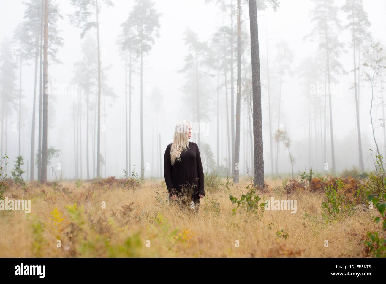 Sweden, Ostergotland, Woman in fog - Stock Image
