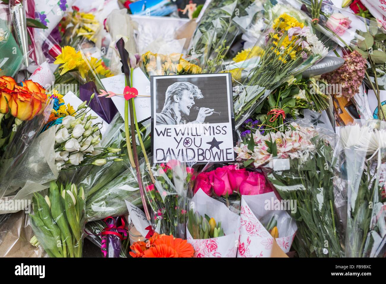 New York, USA. 12th Jan, 2016. Flowers and personal notes are seen at a makeshift memorial outside the apartment - Stock Image