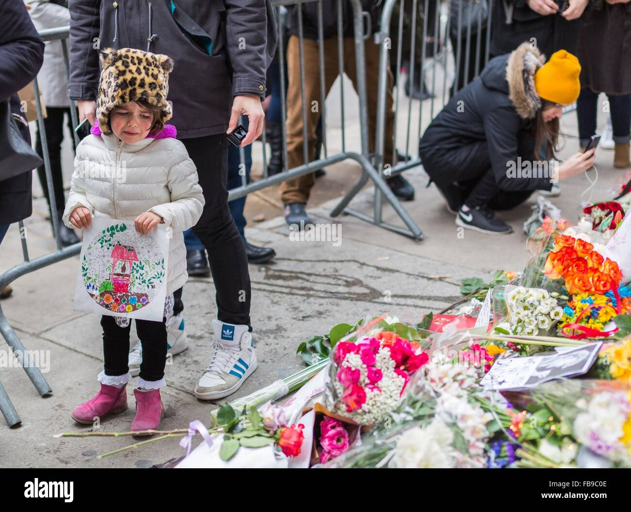 New York, USA. 12th Jan, 2016. A girl cries at a makeshift memorial outside the apartment building where David Bowie - Stock Image