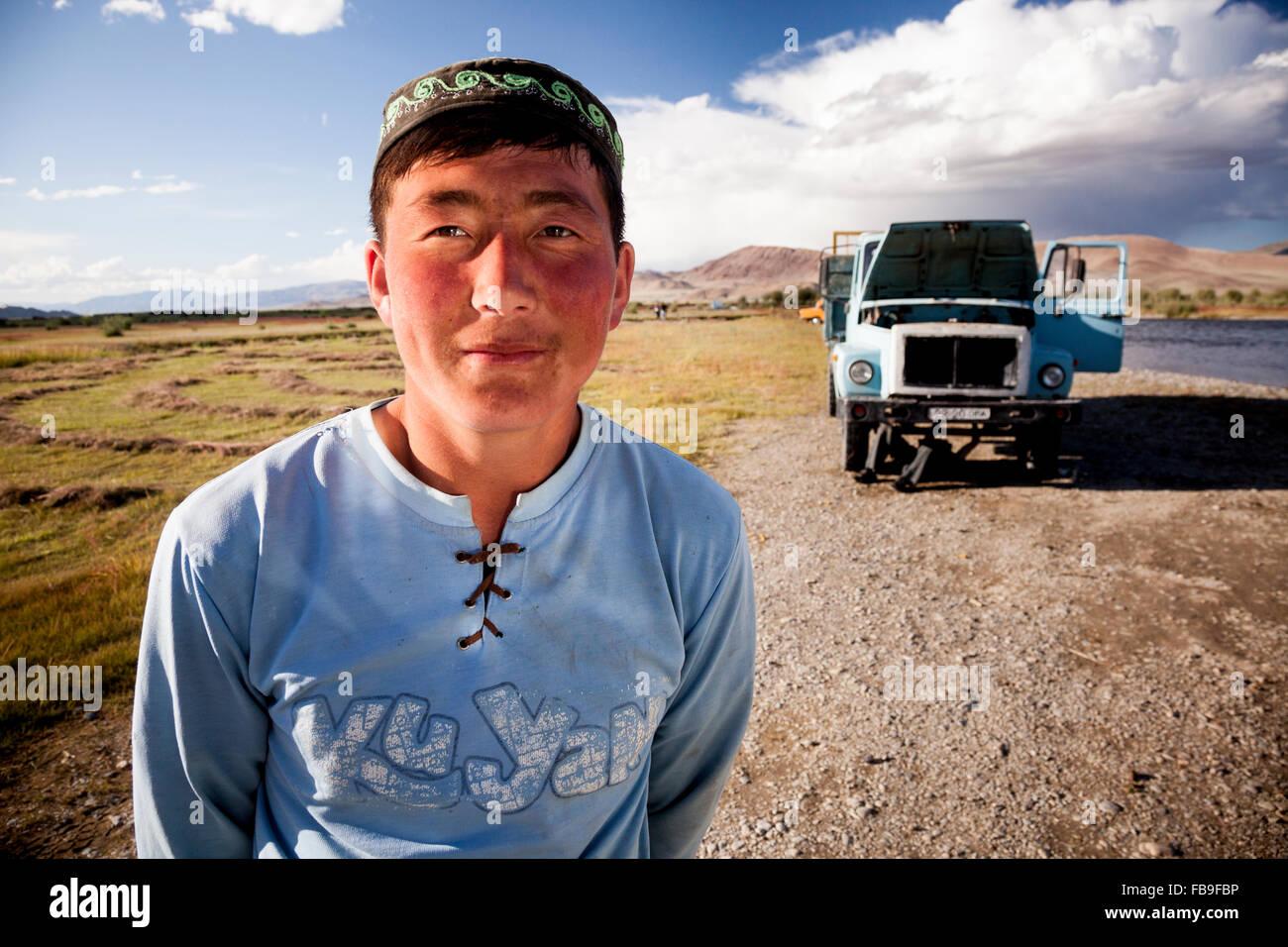 Impromptu truck repairs after a breakdown in Bayan-Ölgii province, Mongolia. - Stock Image