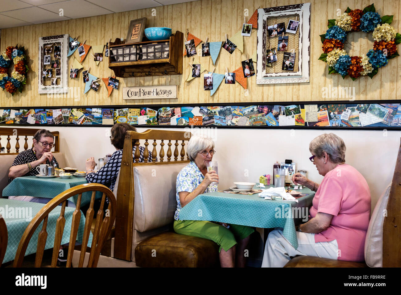 Incroyable Sarasota Florida Pinecraft Amish Community Yoderu0027s Amish Village Restaurant  Restaurant Inside Booths Tables Senior Woman Friends