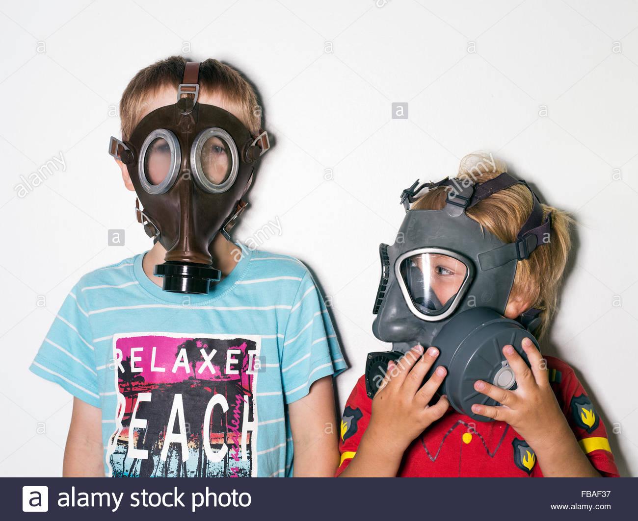 Boys (4-5, 6-7) wearing gas masks - Stock Image