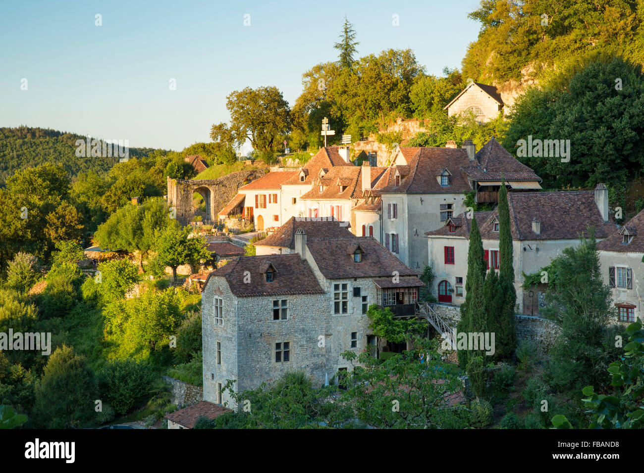Evening sunlight over medieval town of Saint-Cirq-Lapopie, Midi-Pyrenees, France - Stock Image