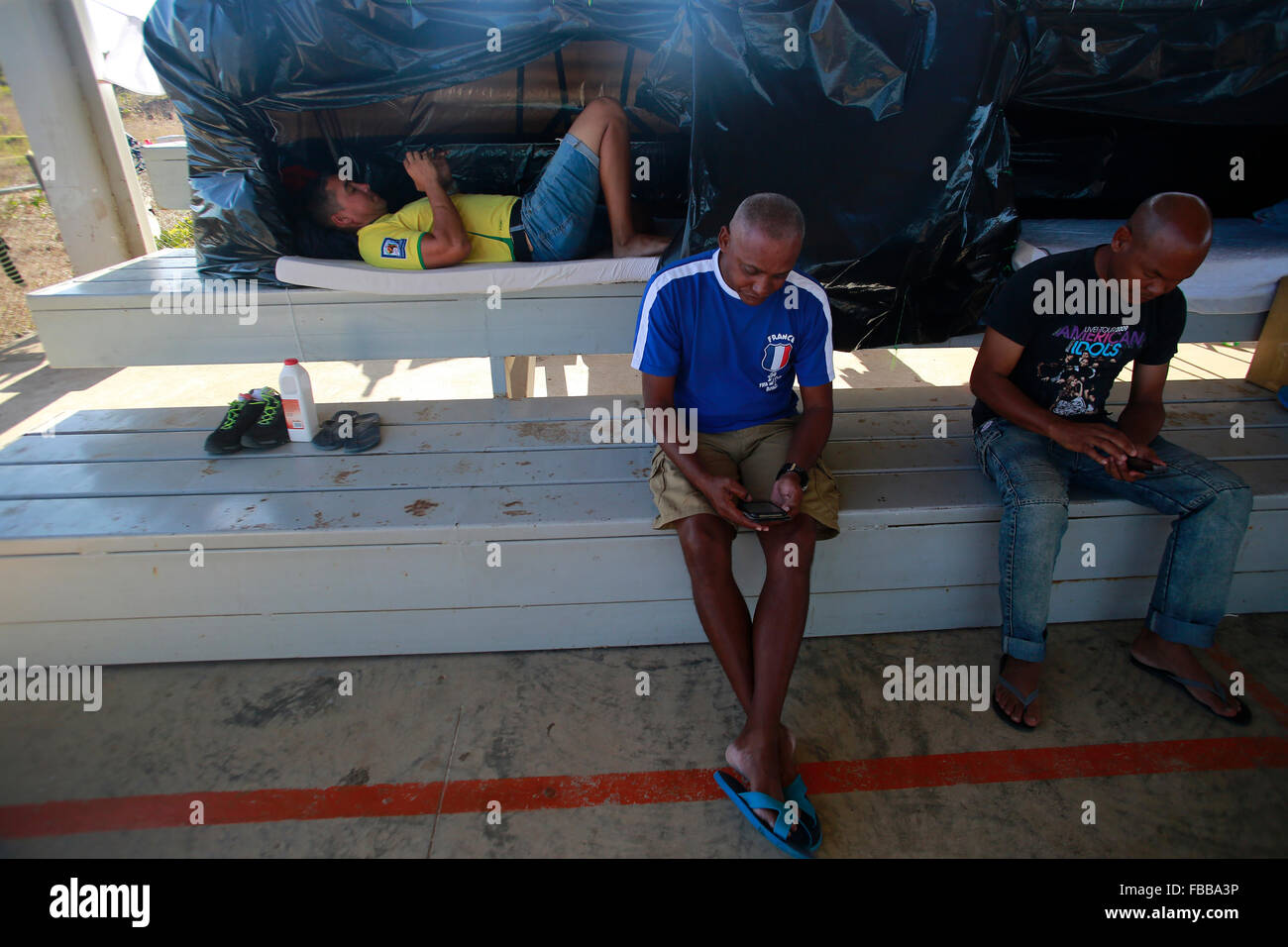 (160114) -- LA CRUZ, Jan. 14, 2016 (Xinhua) -- Cuban migrants use their cell phones at a shelter in La Cruz, Costa Stock Photo