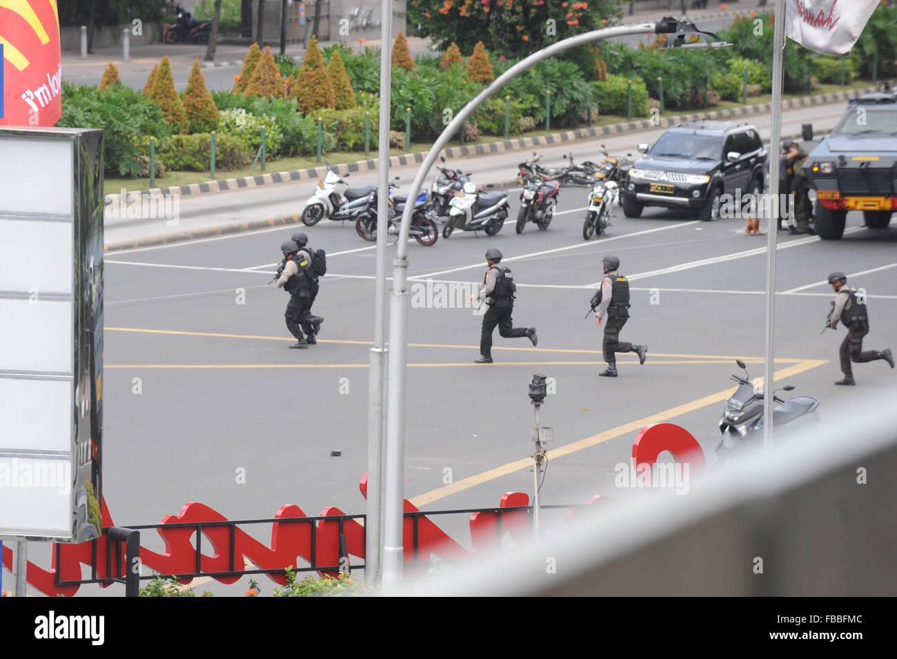 Jakarta, Indonesia. 14th Jan, 2016. Armed police officers run on a street in Jakarta, Indonesia, Jan. 14, 2016. Stock Photo