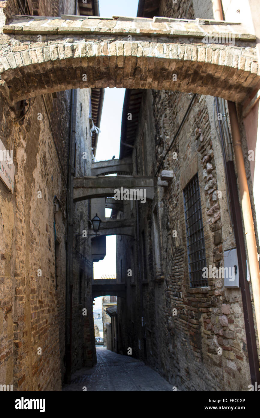 Umbria - Montefalco - alley with shoring - Stock Image