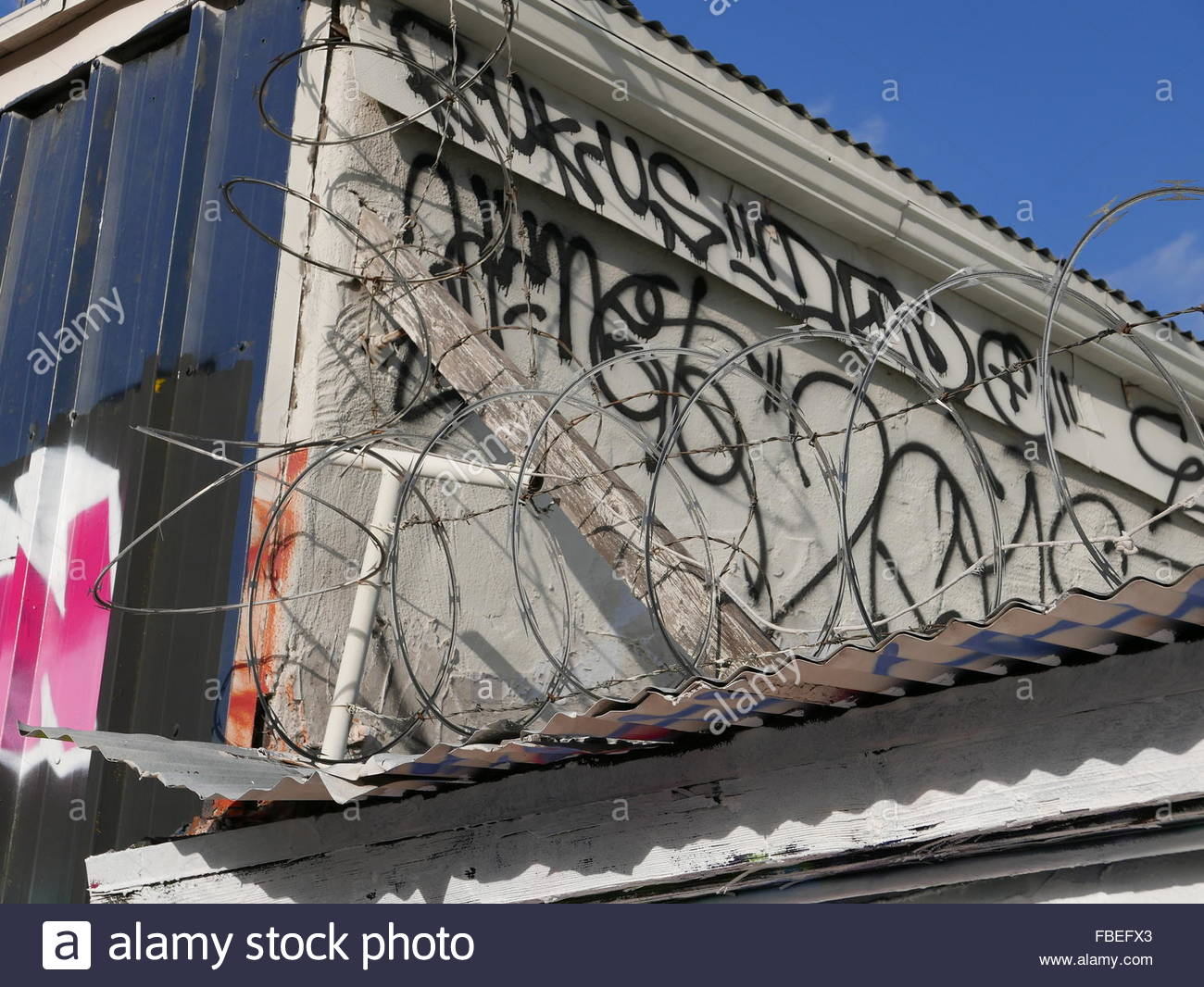 Low Angle View Of Razor Wire Fence On Roof Stock Photo: 93132875 - Alamy