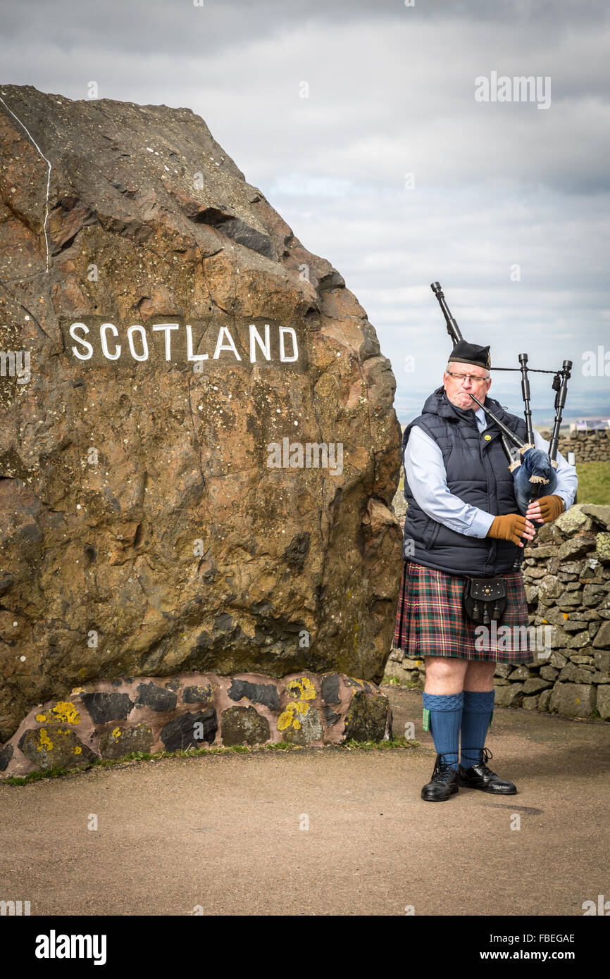 Traditional Scottish Piper at Carter Bar, A68 in Redesdale in the Cheviot Hills on the  England / Scotland border. - Stock Image