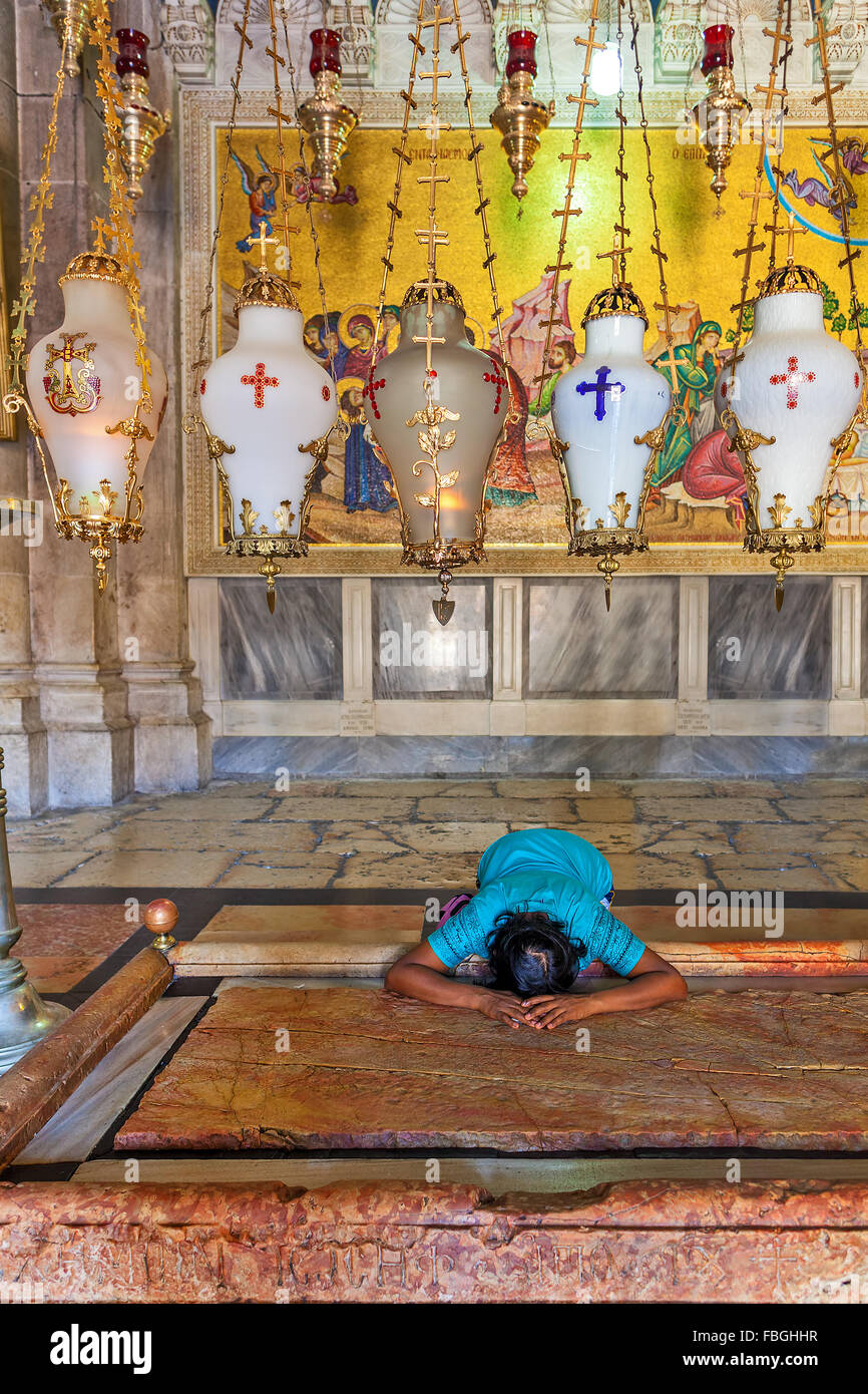 Prayer at Stone of Anointing at the entrance to the Church of the Holy Sepulchre in Jerusalem. - Stock Image
