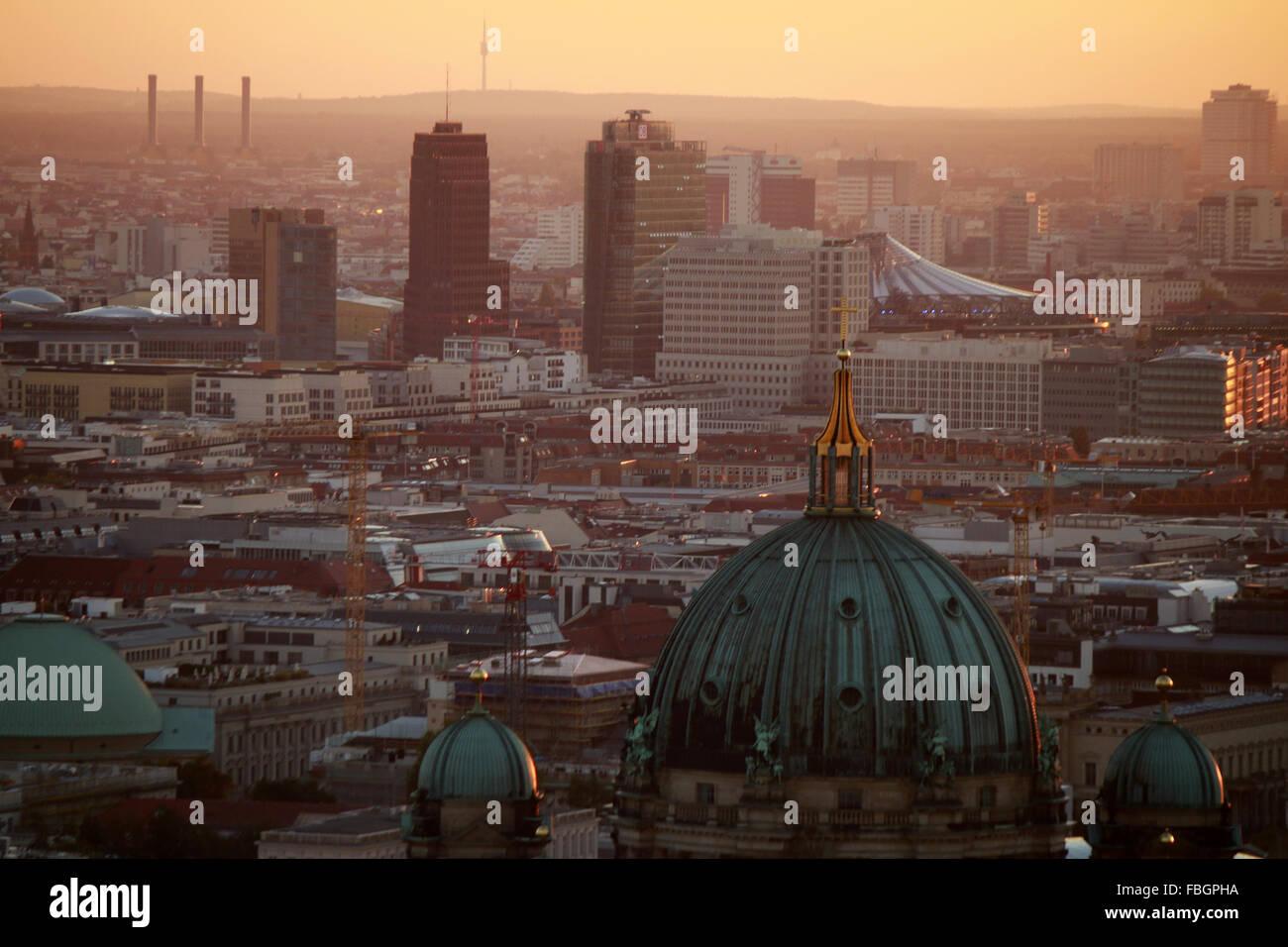 Abendstimmung: die Hochhaeuser vom Potsdamer Platz, Berlin. - Stock Image