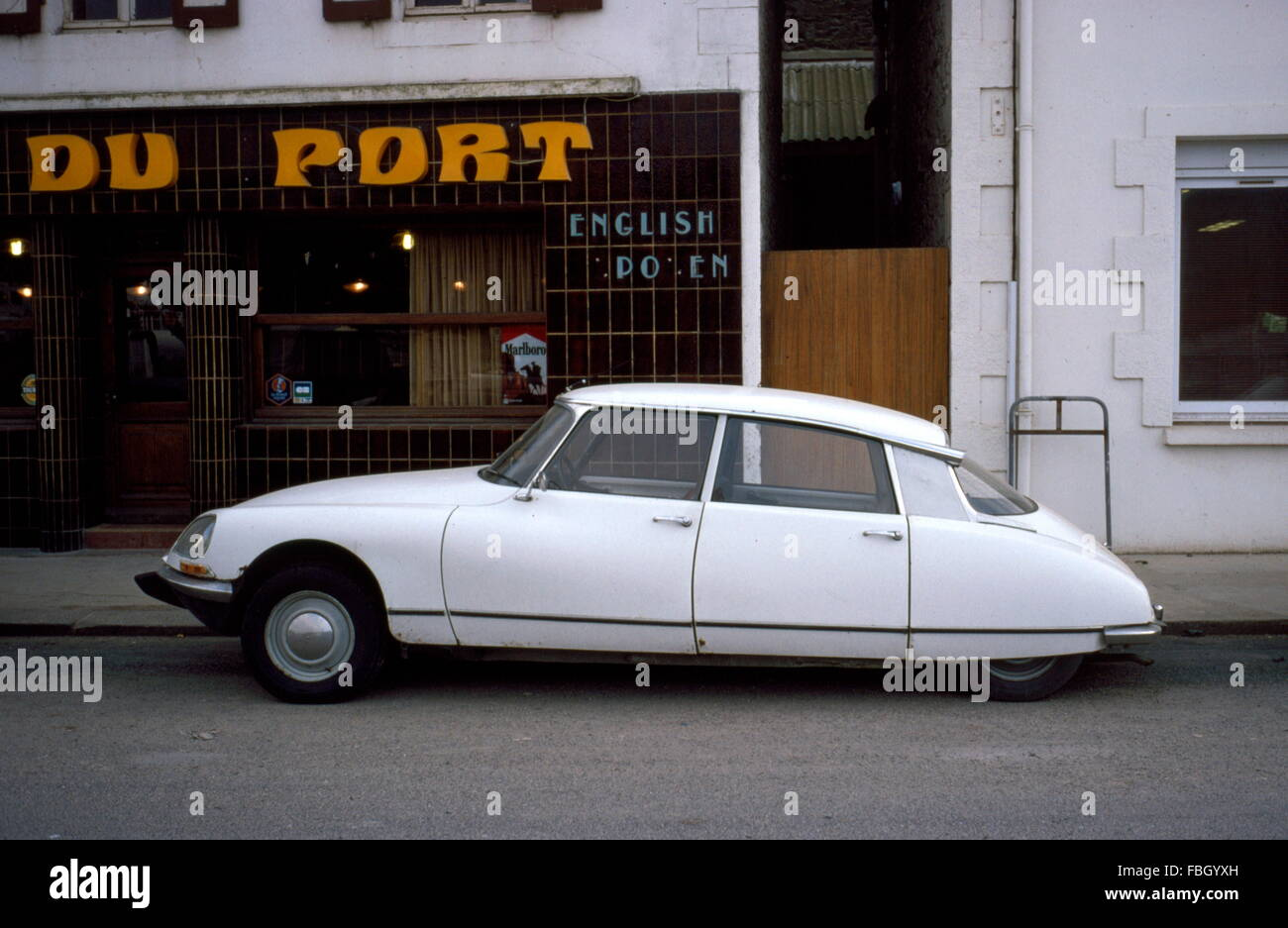 AJAXNETPHOTO - ST.BRIEUC, FRANCE - FRENCH MOTORING ICON - CITROEN DS SALOON PARKED OUTSIDE A CAFE. PHOTO:JONATHAN - Stock Image