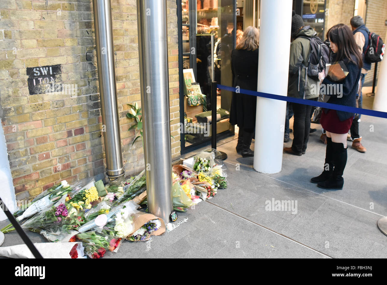 Kings Cross Station, London, UK. 16th January 2016. Flowers and tributes for Alan Rickman are now next to the Harry - Stock Image