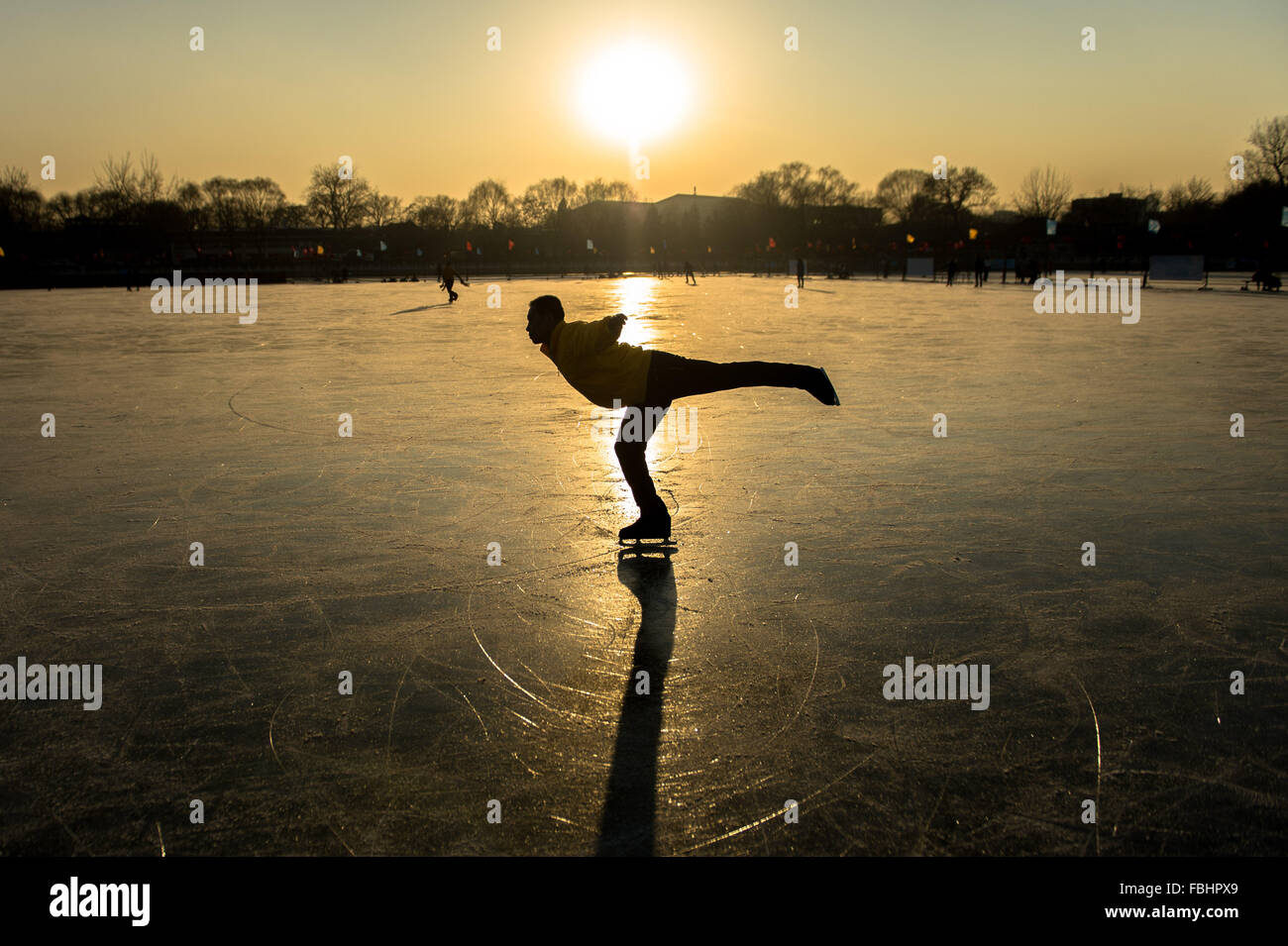 Beijing, China. 5th Jan, 2016. A skating lover performs on a skating rink at Shichahai, a scenic area in Beijing, - Stock Image