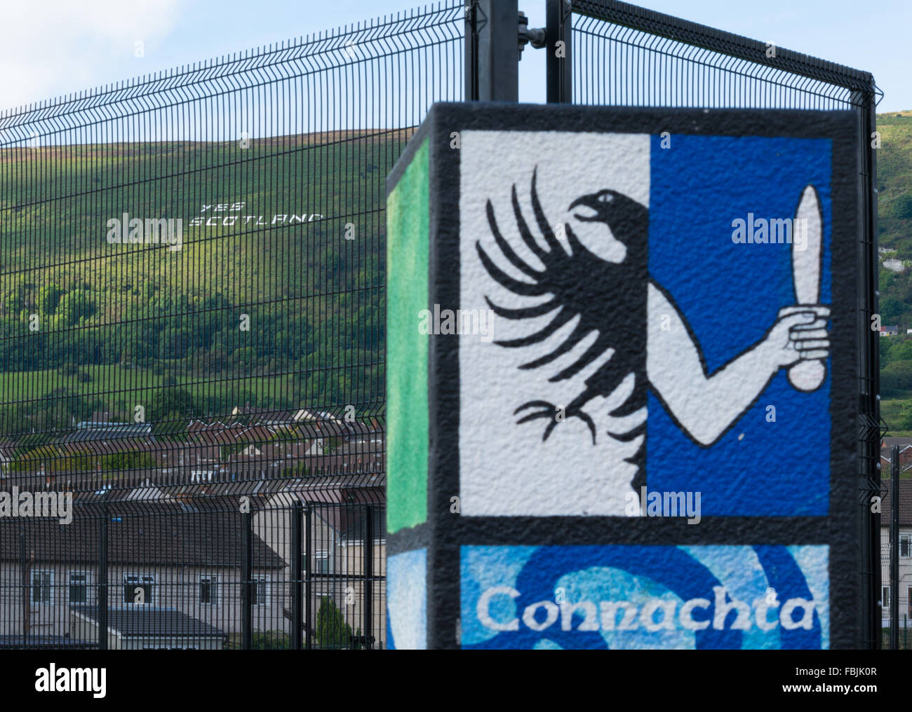 The Irish province Connacht crest painted on a post in Belfast with Yes Scotland on Black Mountain - Stock Image