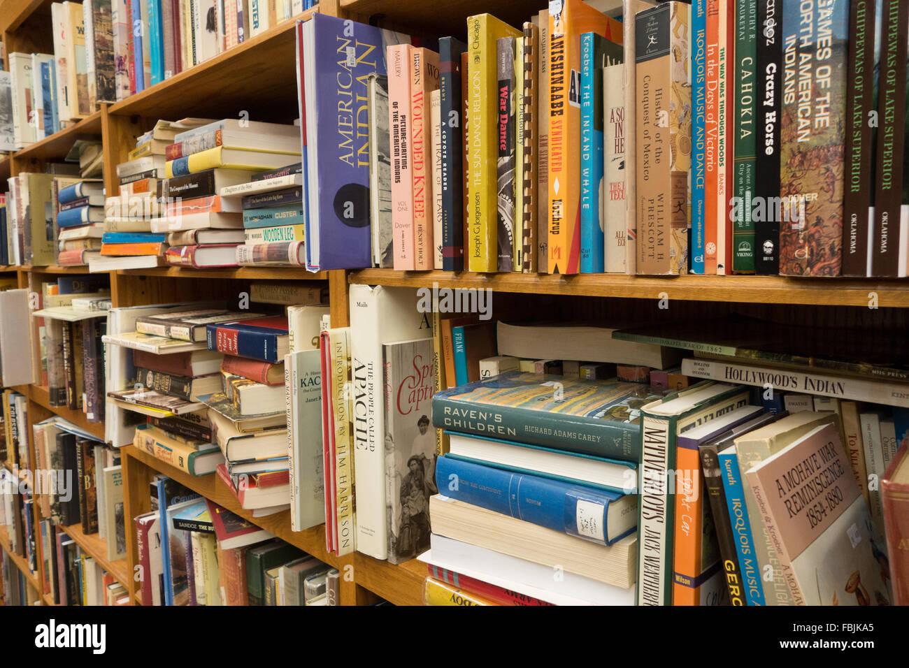messy bookshelves bookshelf books - Stock Image