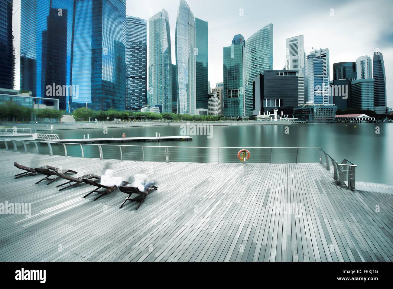 Backlit city skyline - Stock Image