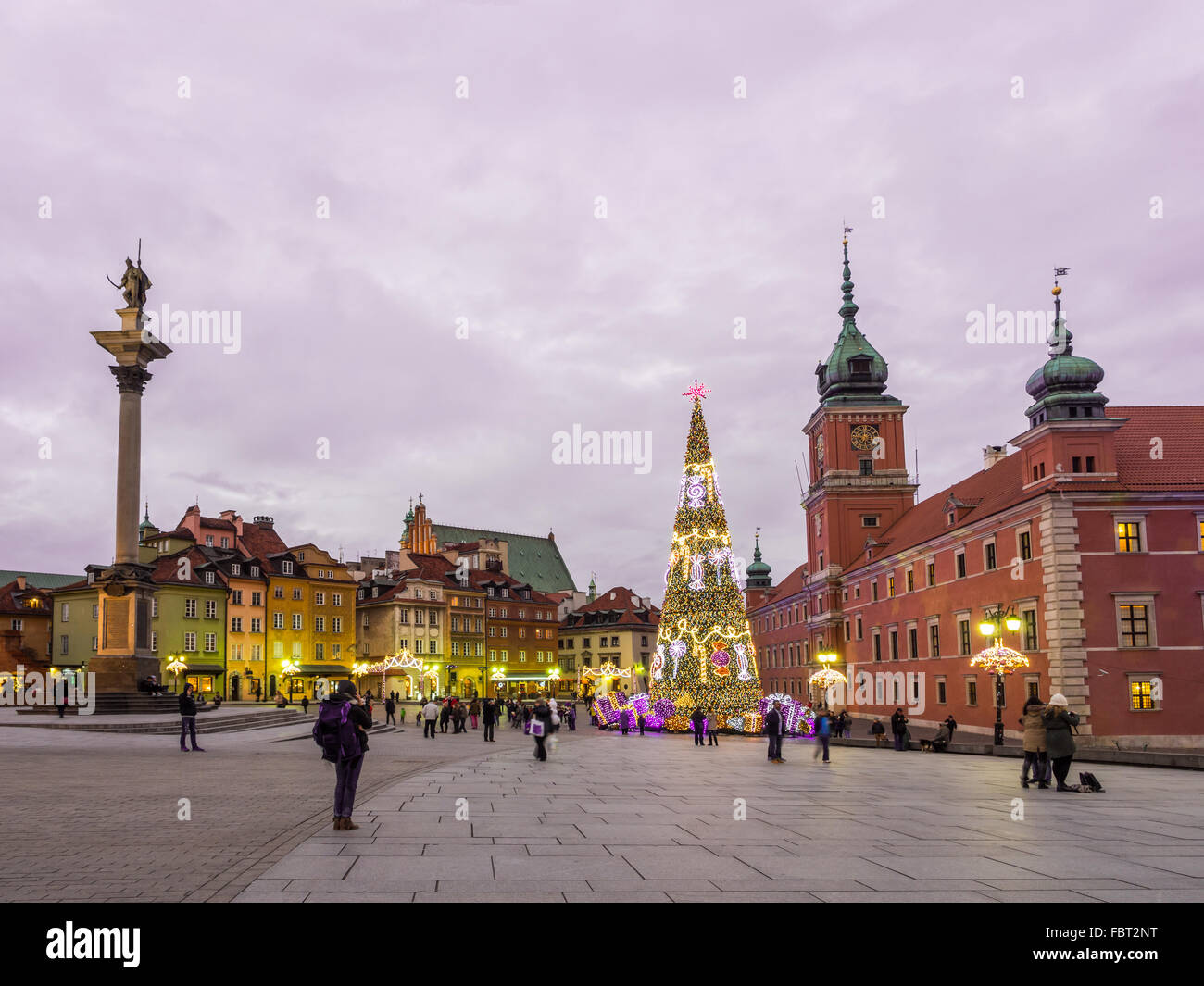 Castle Square in the Old Town of Warsaw, Poland in the early evening at Christmas time. - Stock Image