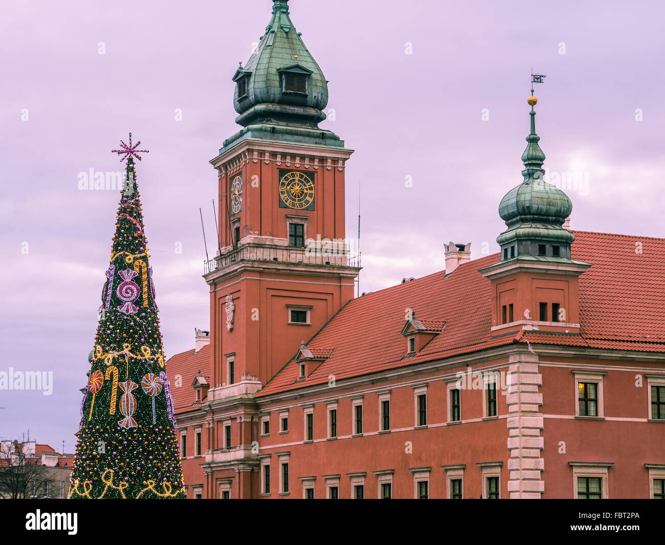 Royal Castle in the Old Town of Warsaw, Poland at Christmas time. Christmas tree in front. - Stock Image