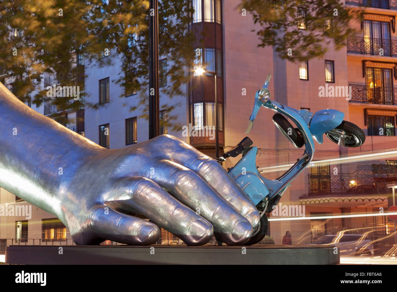 La Dolce Vita sculpture on Park Lane by Lorenzo Quinn - Stock Image