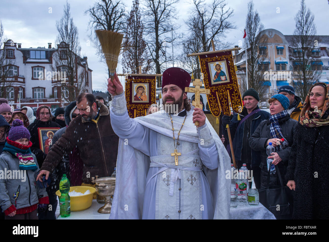 Schwerin, Germany. 19th Jan, 2016. Russian Orthodox Priest Dionisi Idavain blesses members of his community, on - Stock Image
