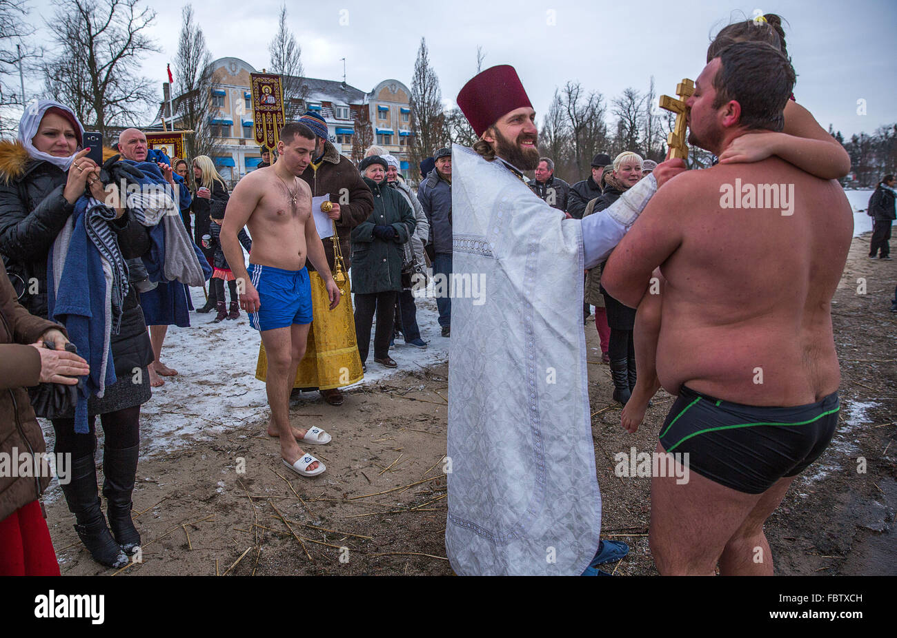 Schwerin, Germany. 19th Jan, 2016. After bathing in the 4-degree-centigrade waters of Schwerin See lake, a member - Stock Image
