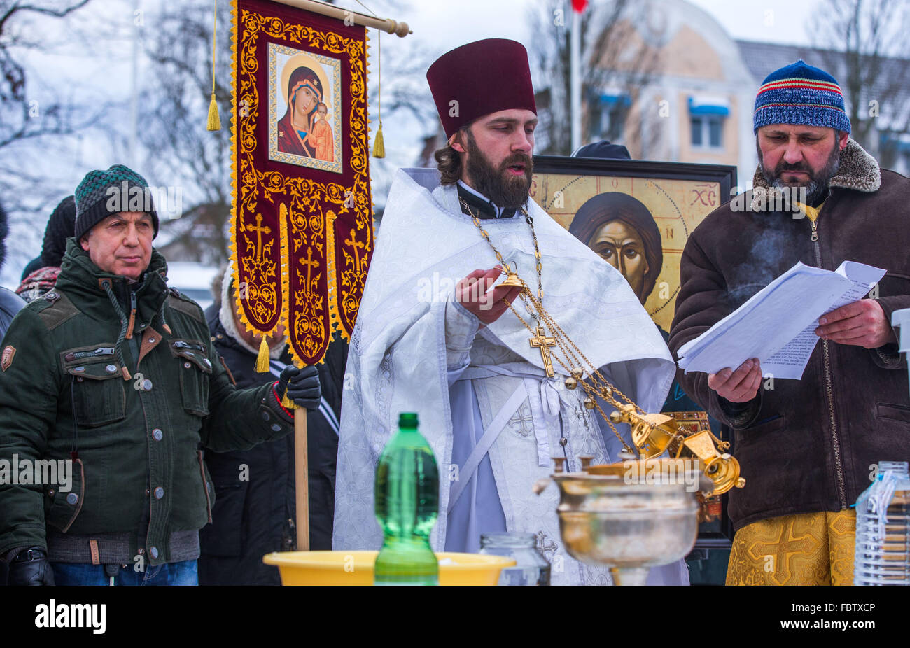 Schwerin, Germany. 19th Jan, 2016. Russian Orthodox Priest Dionisi Idavain (c) blesses members of his community, - Stock Image