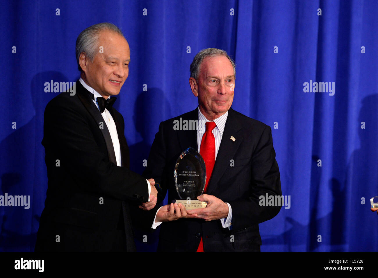 New York, USA. 19th Jan, 2016. Chinese Ambassador to the United States Cui Tiankai (L) presents the trophy of the Stock Photo