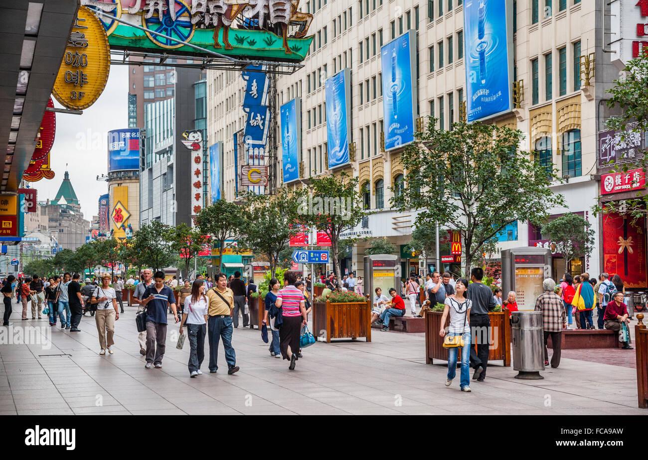 China, Shanghai, Nanjing Road pedestrian mall - Stock Image