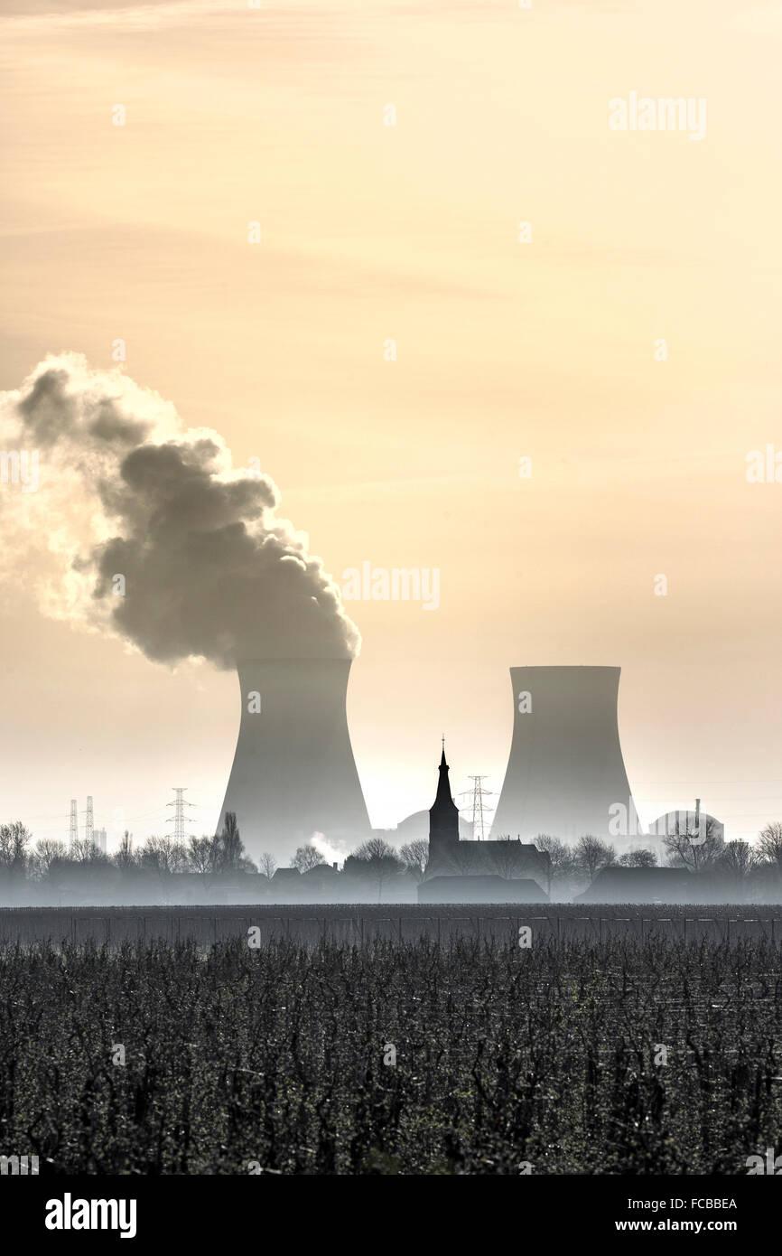 Netherlands, Nieuw Namen, Westerschelde river. Background nuclear power plant DOEL in port of Antwerp ( Belgium) - Stock Image