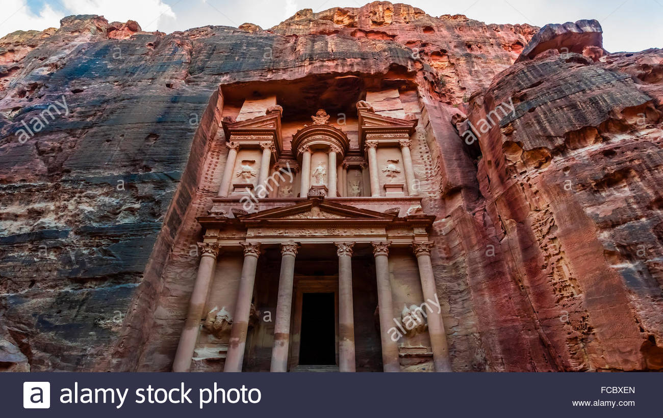 The Treasury (Al-Khazneh), Petra Archaeological Park (a UNESCO World Heritage Site), Petra, Jordan. - Stock Image