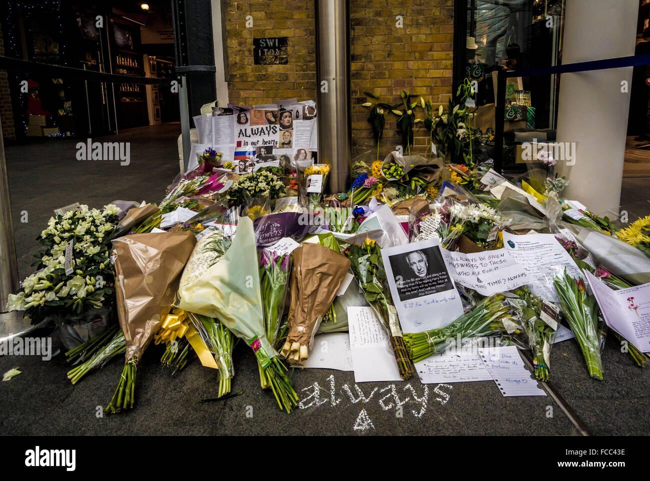 London, UK. 21st January, 2016. Tributes to actor Alan Rickman at Kings Cross Station. 'Platform 9 3/4', - Stock Image