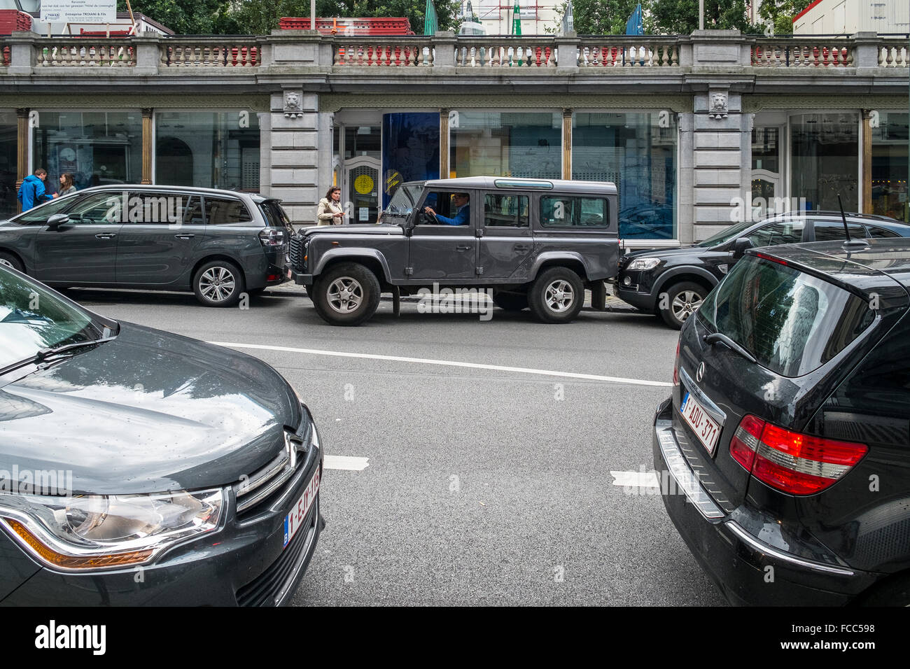 land rover parking by touch street tight squeeze - Stock Image