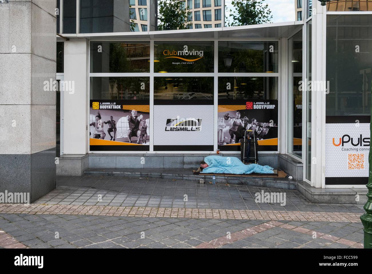 homeless man male tramp sleeping rough sans abri - Stock Image