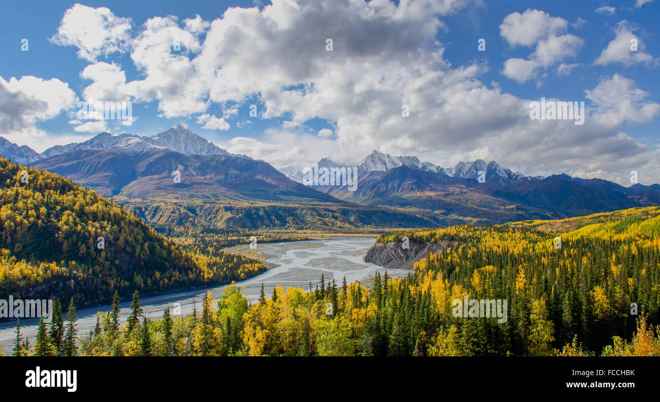 The Matanuska River flows below the Chugach Mountains in Alaska - Stock Image