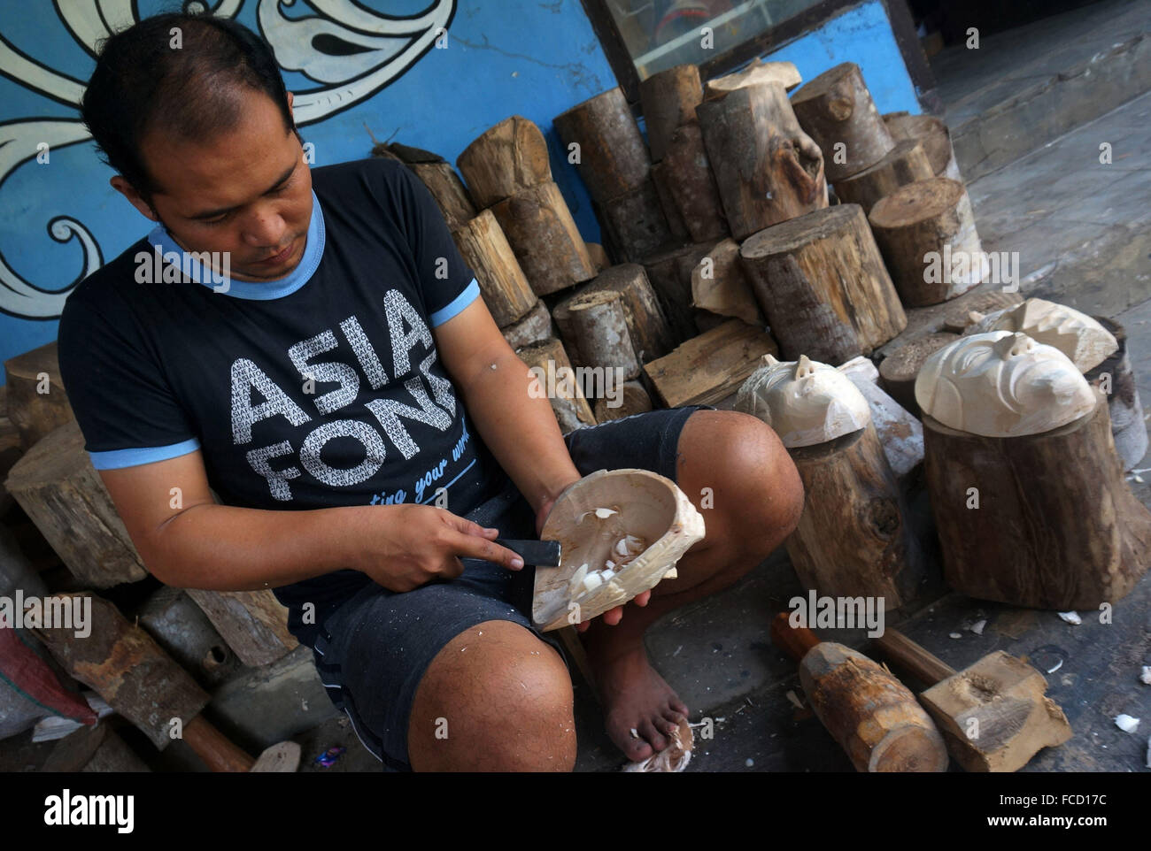Malang, Indonesia  21st Jan, 2016  Artisans complete the