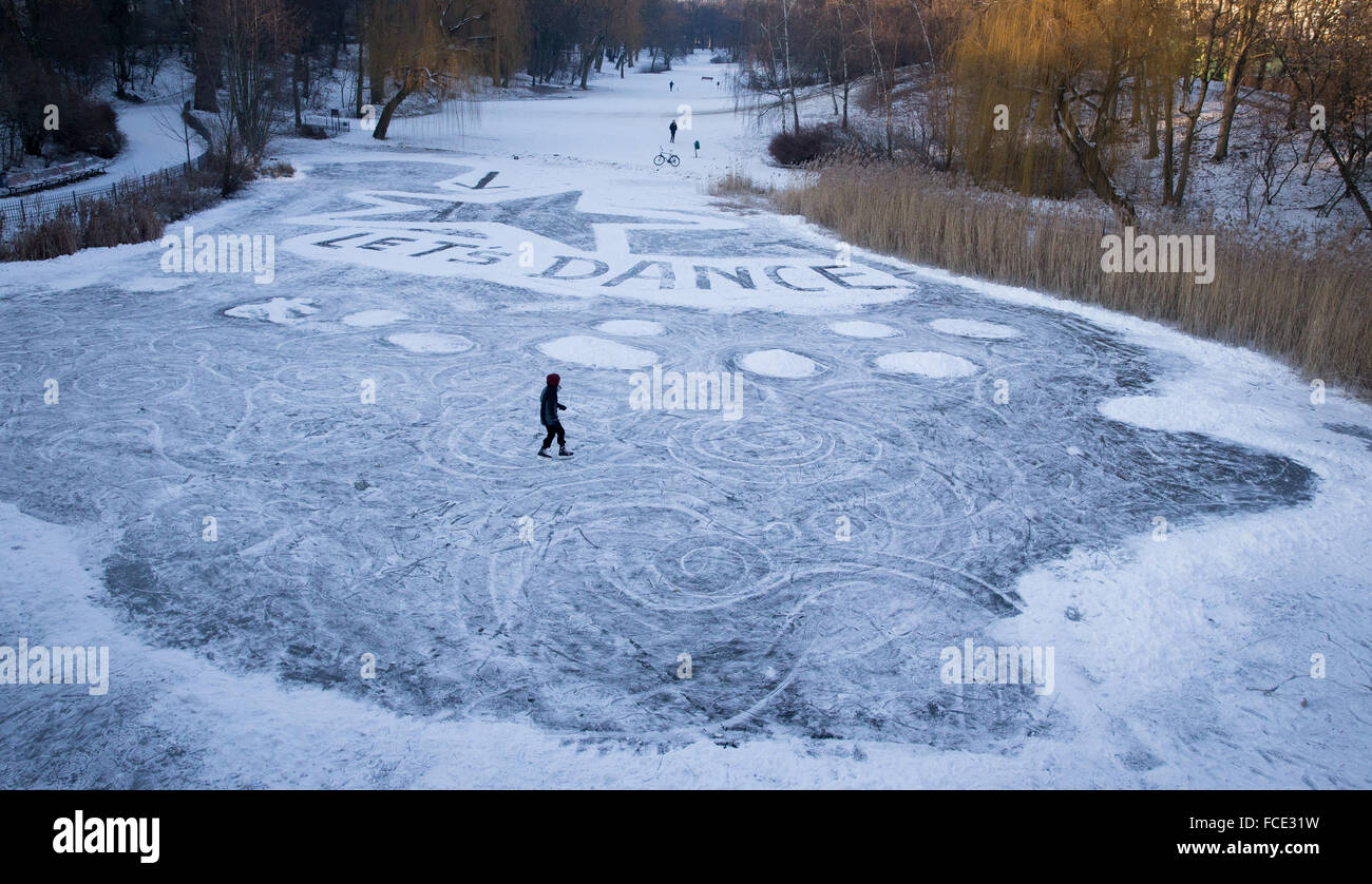 Berlin, Germany. 22nd Jan, 2016. An ice skater on a frozen pond in Wilmersdorf park in Berlin, Germany, 22 January - Stock Image