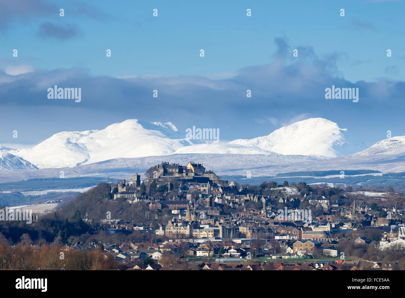 Stirling Castle and snow covered mountains (Stuc a Chroin & Ben Vorlich), Stirling City, Scotland, UK - Stock Image