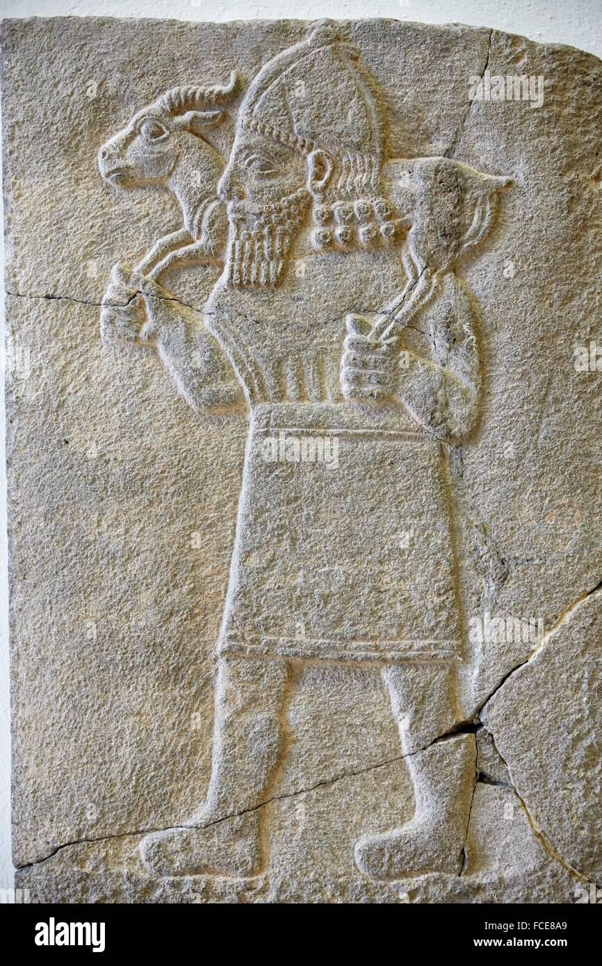 Reliefplatte mit Darstellung eines Mannes, detail basrelief from sawi-al-zincirli, sumeran art. Relief depicting - Stock Image