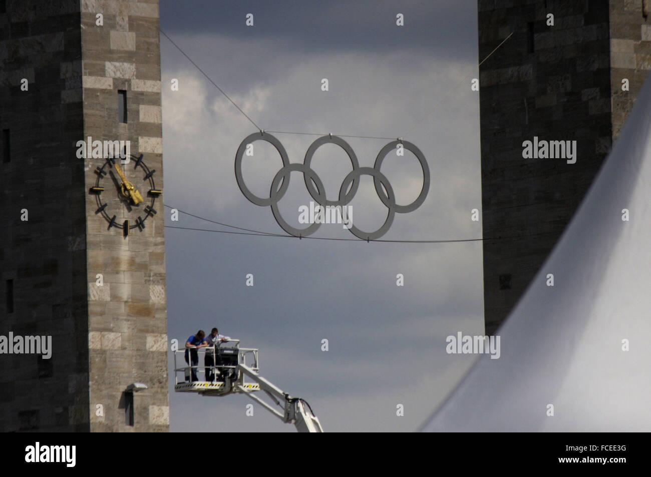 olympische Ringe am Olympiastadion, Berlin. - Stock Image