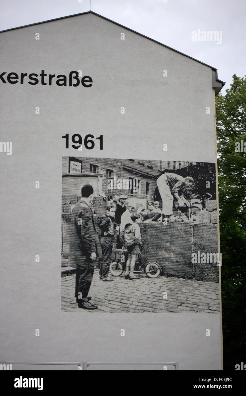 Bilder von der Berliner Mauer an Hausfassaden an der Bernauer Strasse, Berlin-Mitte. - Stock Image