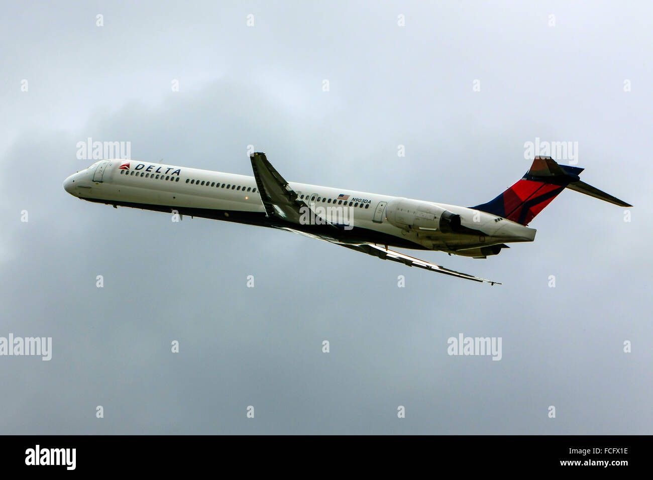 McDonnell Douglas MD-80/90 commercial jet passenger plane of Delta Air Lines leaves Sarasota airport bound for ATL - Stock Image