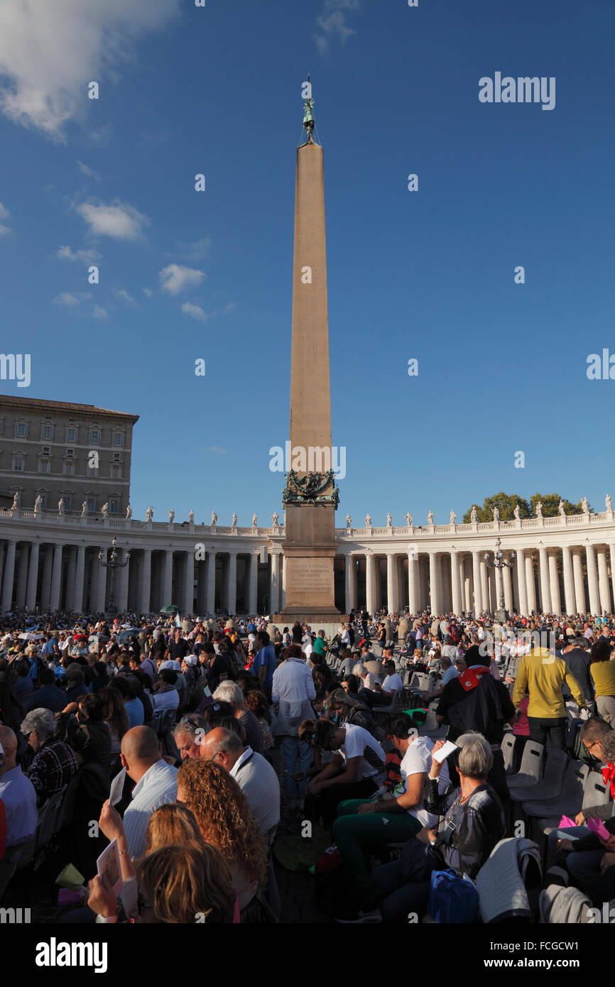Vatican City. 3rd Oct., 2015. Waiting for the preach of the pope Francis before the Synod on the family, St. Peter's Stock Photo