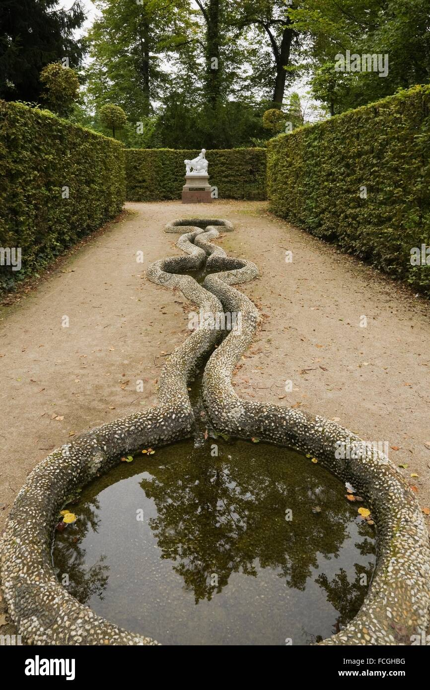 Bird bath and statue in the formal garden at the Schwetzingen palace in late summer, Schwetzingen, Germany. - Stock Image