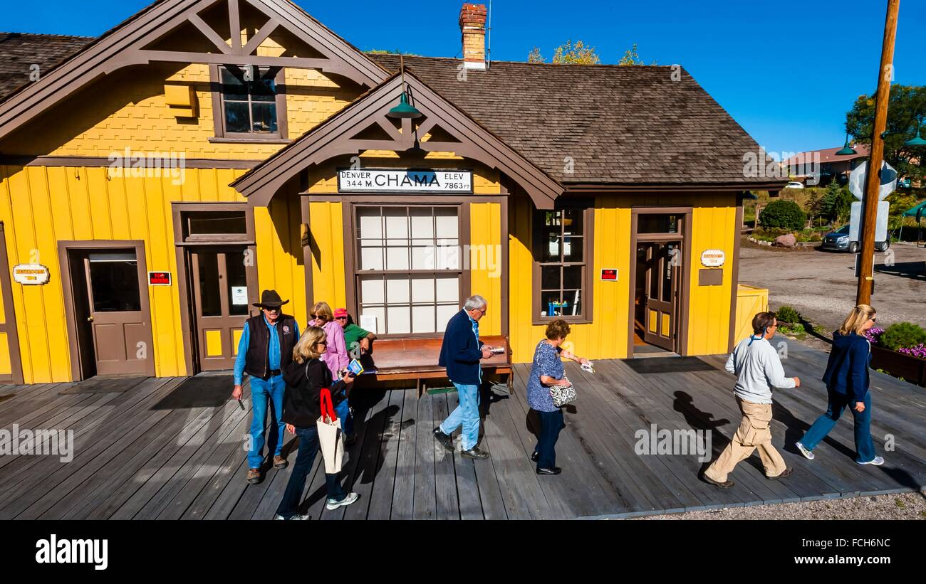 Passengers boarding the Cumbres & Toltec Scenic Railroad train at the station at Chama, New Mexico, USA. - Stock Image