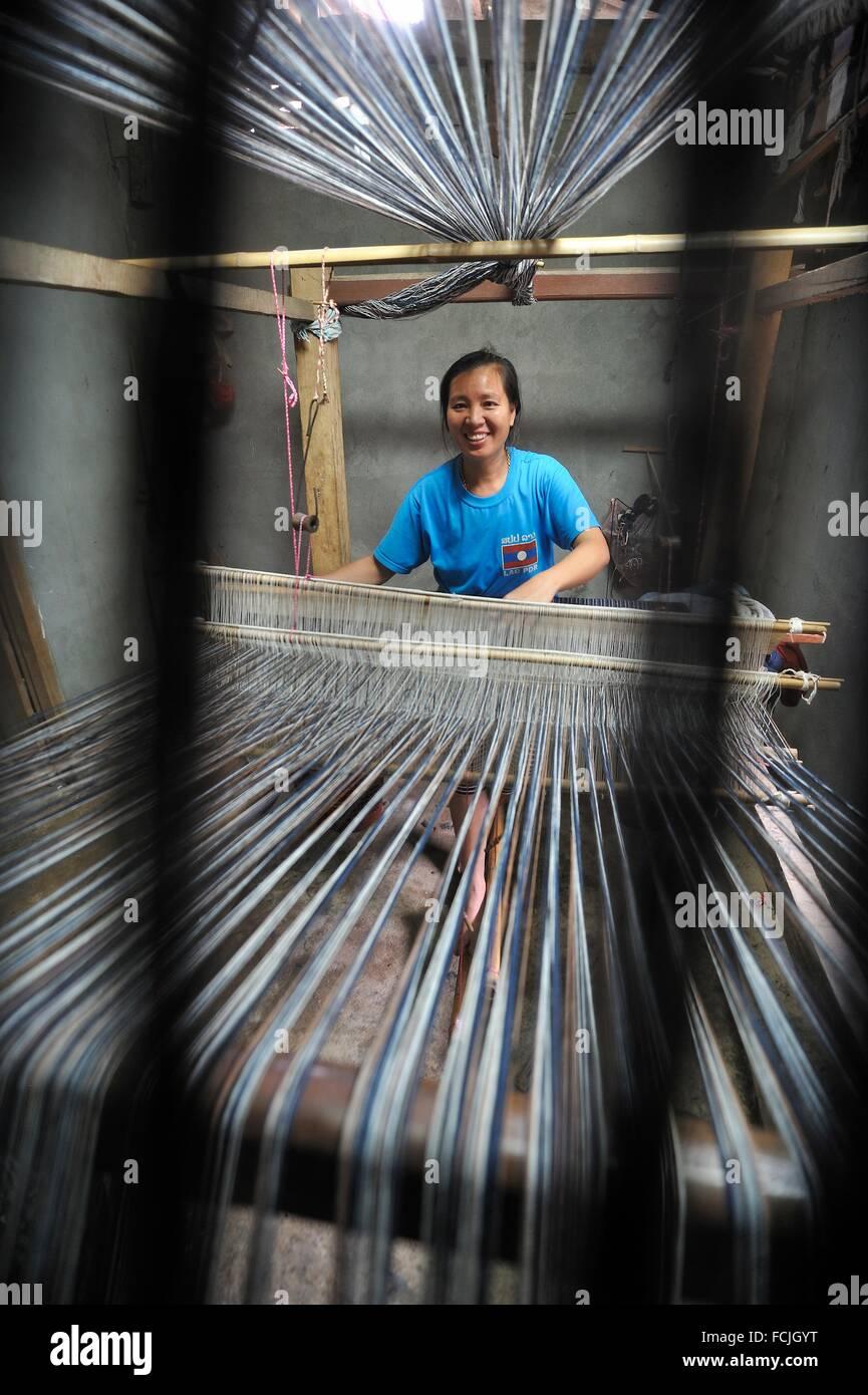 woman weaving, village around Nong Khiaw, District of Luang Prabang, Northern Laos, Southeast Asia. - Stock Image