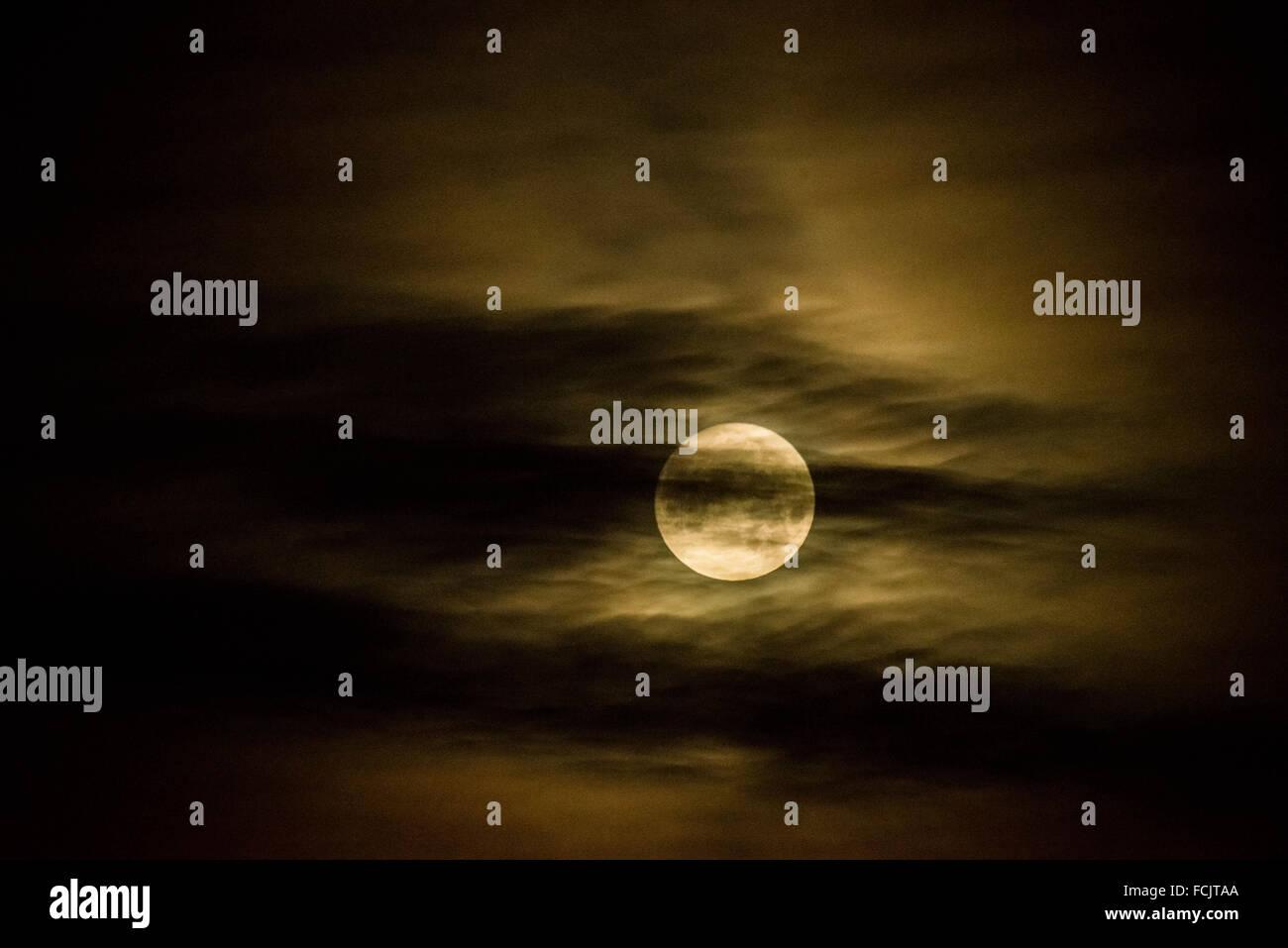 London, UK. 23th January, 2016. Full moon over London city Credit:  Guy Corbishley/Alamy Live News - Stock Image