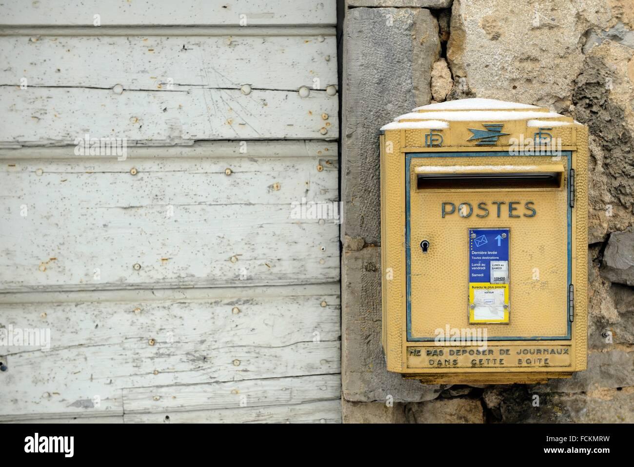 Bureau Architecture Jura : Mailbox in a old wall chateau chalon département du jura france