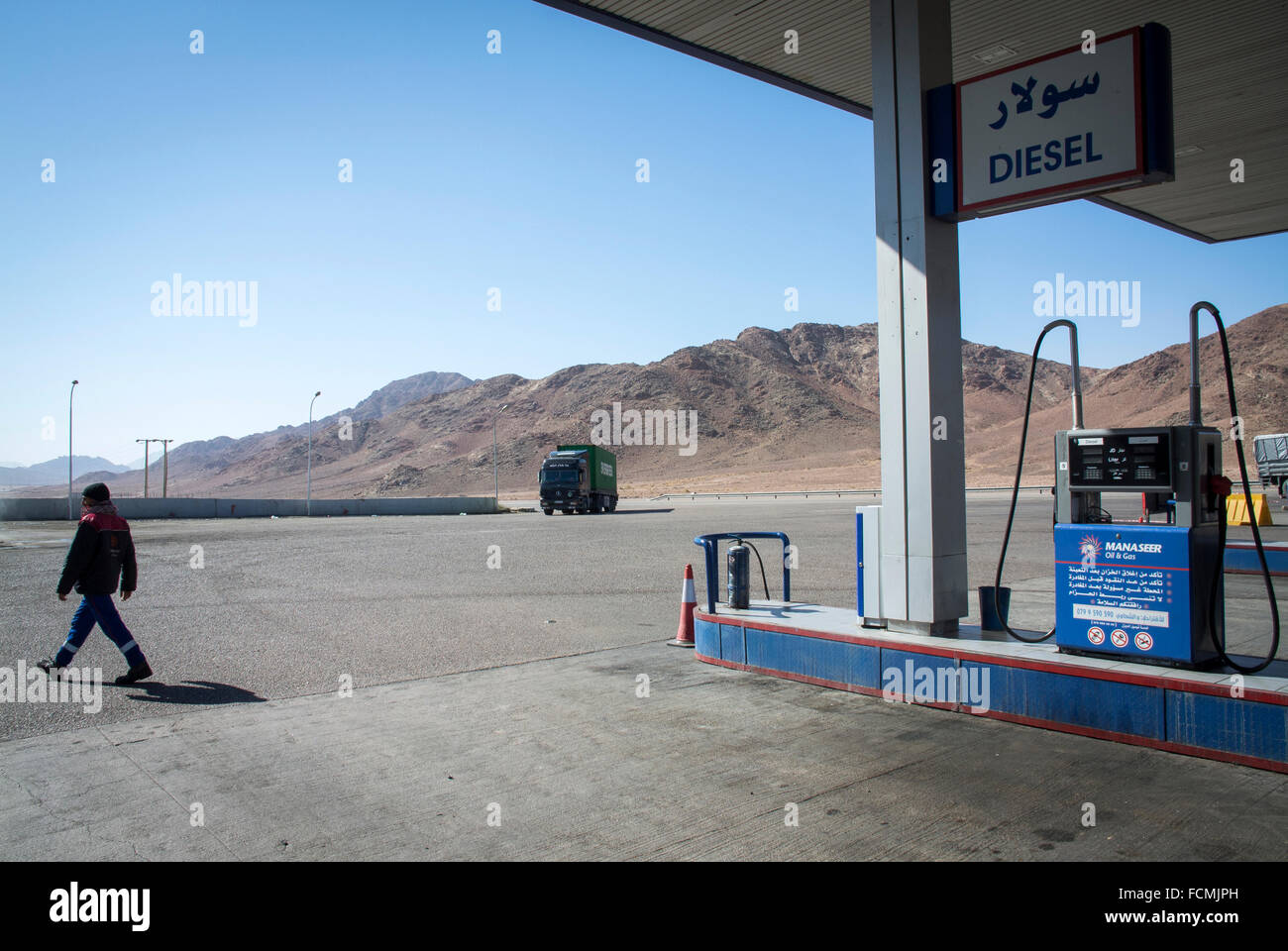 A petrol station on the road from Aqaba to Amman. Jordan. - Stock Image